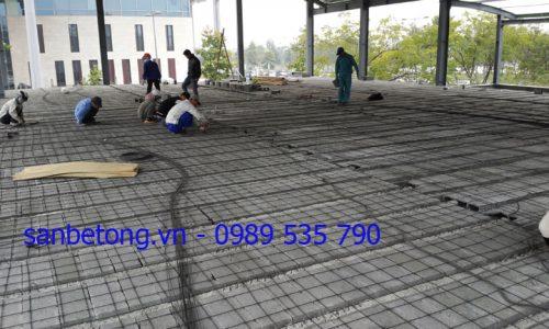 Công nhân lắp đặt lớp cốt thép dự ứng lực cho sàn bê tông nhẹ