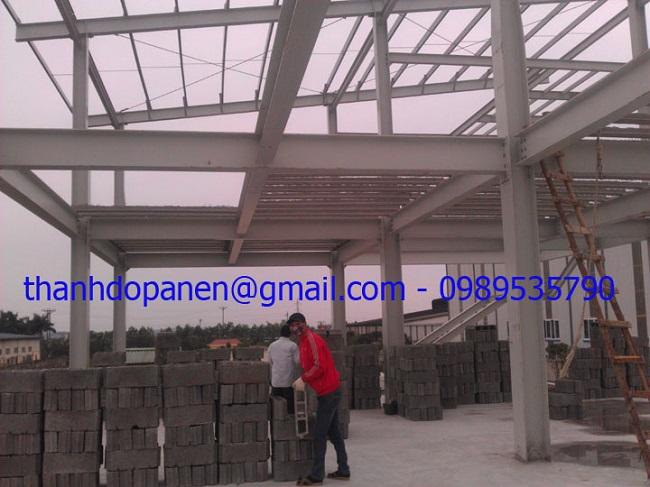 Công nhân chuẩn bị lắp đặt gạch bê tông nhẹ cho sàn panel nhẹ