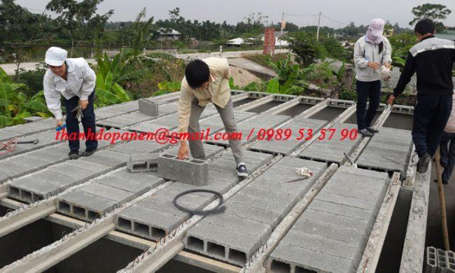 Công nhân lắp đặt sàn bê tông nhẹ tại Duy Tiên - Hà Nam