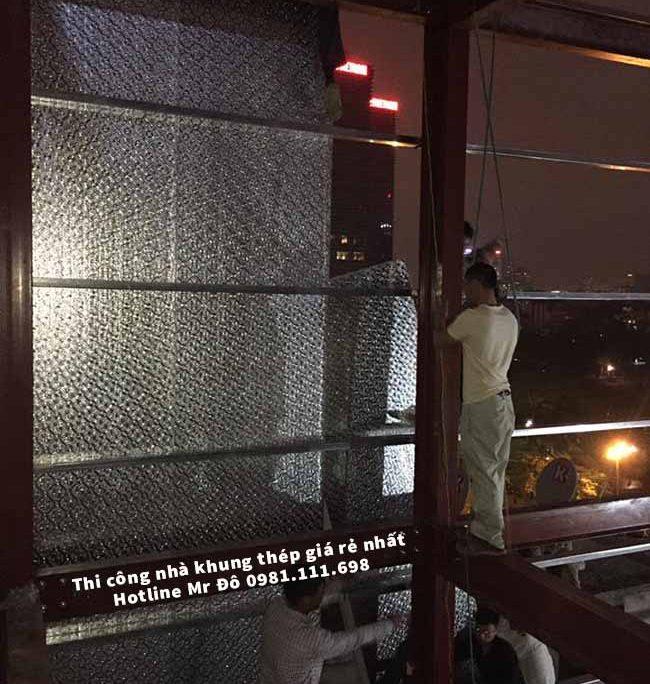 Công nhân thi công khung thép tiền chế ban đêm để kịp tiến độ bàn giao