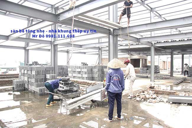 Công nhân lắp đặt dầm bê tông dự ứng lực cho sàn bê tông nhẹ