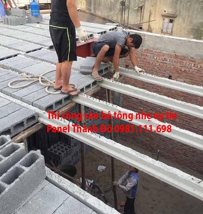 Công nhân lắp đặt gạch bê tông siêu nhẹ vào dầm của sàn bê tông nhẹ