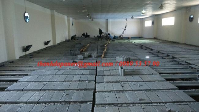 Gạch bê tông nhẹ được lắp đặt vào các khe dầm bê tông dự ứng lực
