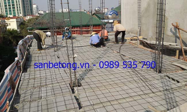 Công nhân thi công cốt thép cho sàn bê tông nhẹ