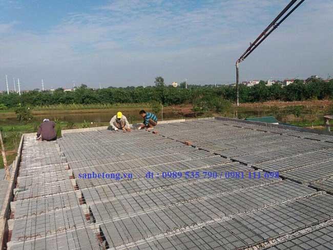 Công nhân thi công lớp cốt thép dự ứng lực cho sàn bê tông nhẹ