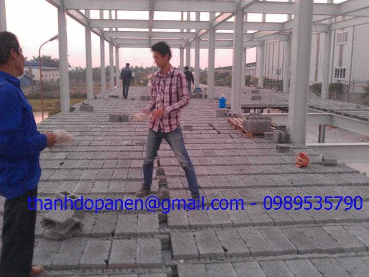 Công nhân chuẩn bị thi công sàn panel nhẹ