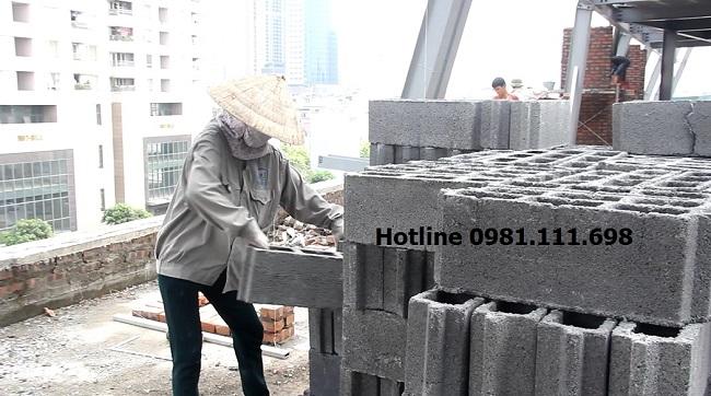 Công nhân vận chuyển gạch bê tông nhẹ Block