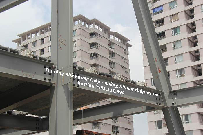 Một công trình xây dựng dùng khung thép là cột chịu lực