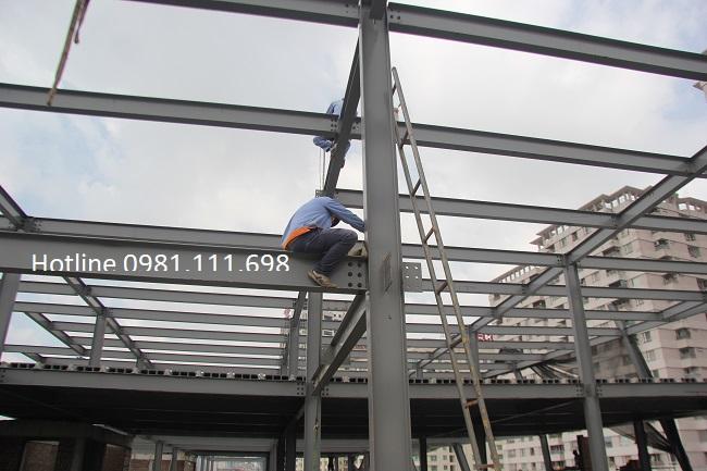 Một công trình xây dựng dùng khung thép là cột và dầm chịu lực chính