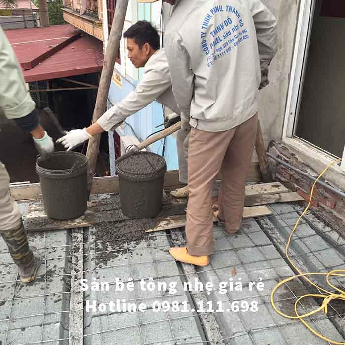 Công nhân vận chuyển bê tông để đổ lên mặt sàn bê tông nhẹ tạo liên kết