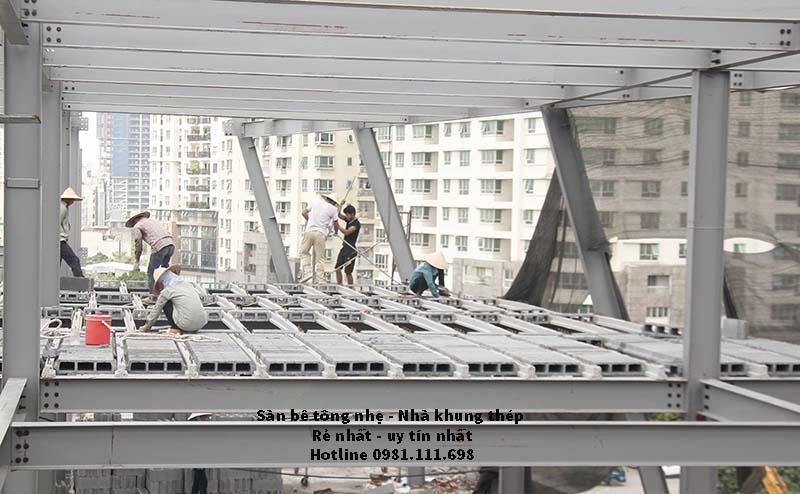 Công nhân đang thi công sàn bê tông siêu nhẹ 2.000m2 tại Cầu Giấy