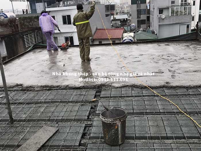 Đổ lớp bê tông tươi tạo liên kết cho sàn bê tông nhẹ