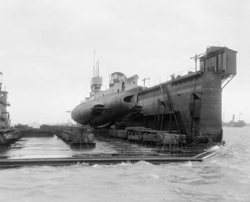 Tàu ngầm bằng vật liệu thép
