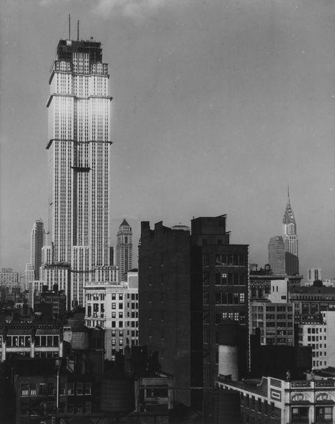 Tòa nhà Empire State đang được xây dựng với Tòa nhà Chrysler ở phía sau, 1930.