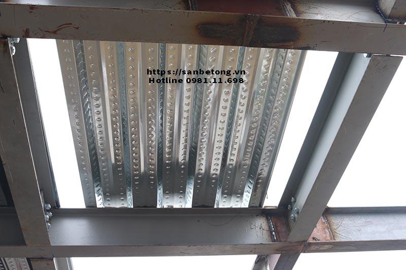 Tấm tôn lượn sóng chuẩn bị để thi công sàn bê tông Decking và nhà khung thép tại nhà số 16 ngõ 310 Nghi Tàm - Tây Hồ - Hà Nội.