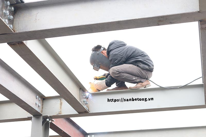Công nhân hàn các điểm cho sàn bê tông Decking và nhà khung thép tại Nghi Tàm - Tây Hồ - Hà Nội