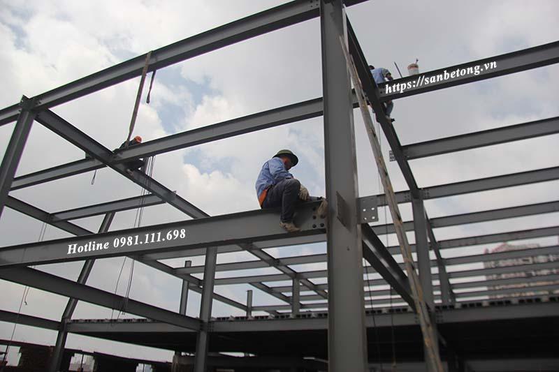 Công nhân đang thi công nhà thép công nghiệp tại khu đô thị mới Cầu Giấy Hà Nội