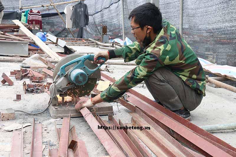 Công nhân tận dụng các khung thép cũ của gia chủ