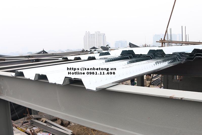 Cận tấm tôn sử dụng thi công sàn bê tông Decking