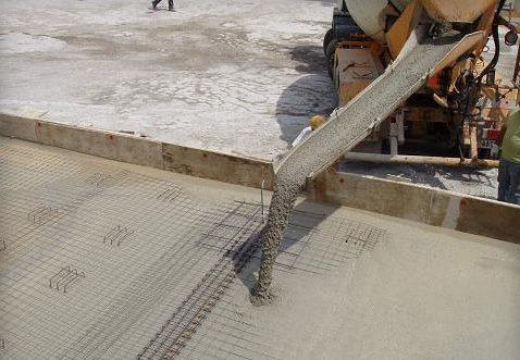 Đổ bê tông tươi tại một công trình xây dựng