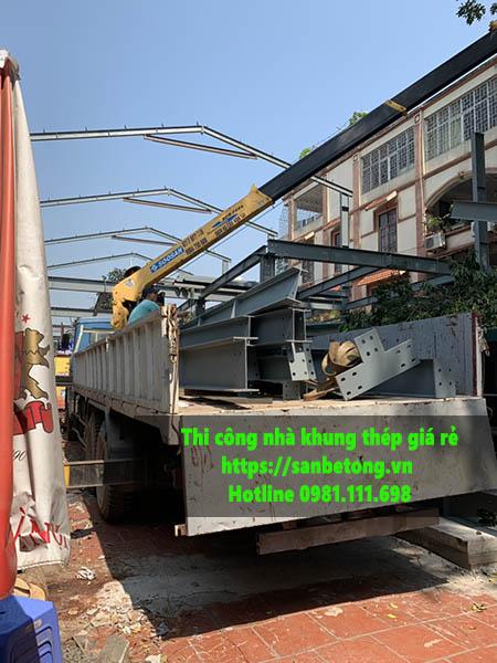 Xe cẩu đưa khung thép vào vị trí lắp đặt