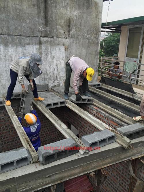 Công nhân lắp đặt sàn bê tông nhẹ cải tạo nhà cửa tại Hà Nội