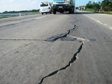 Hình 12: Một chiếc xe tải hạng nặng đã lái qua vỉa hè này, làm nứt các vết nứt cạnh
