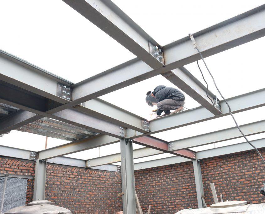 Công nhân Panel Thành Đô thi công nà khung thép - nhà thép tiền chế dân dụng tại Nghi Tàm - Hà Nội