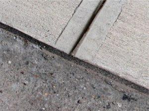 Hình 6: Bọt mở rộng khe ngăn cách đường lái xe và lề đường.