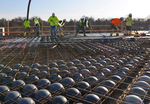 Một công trình xây dựng sử dụng sàn bê tông bóng nhựa nhẹ