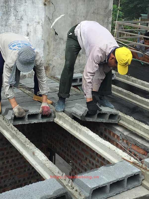 Công nhân lắp đặt sàn bê tông nhẹ tại một công trình xây dựng