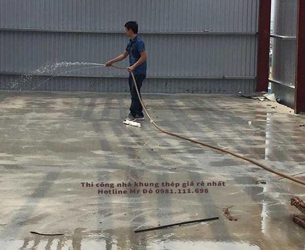 tưới nước bảo dưỡng mặt sàn bê tông