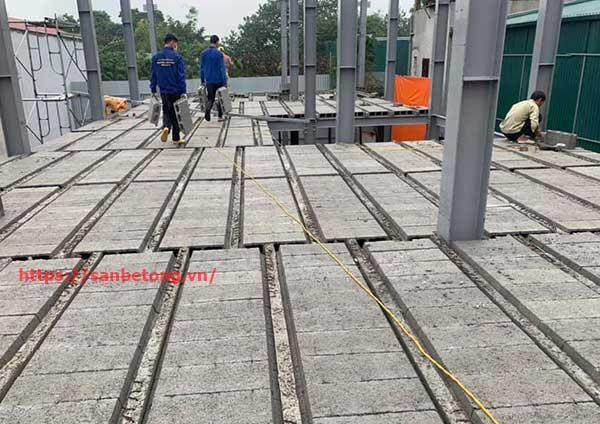 Sau khi lắp ghép gạch Block vào các dầm xương cá sẽ được trải 1 lớp lưới sắt dự ứng lực và đổ lớp bê tông tươi từ 4-5cm tùy theo nhu cầu của gia chủ