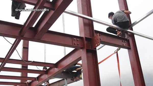 Công nhân tiến hành lắp ghép kết cấu cho bộ khung